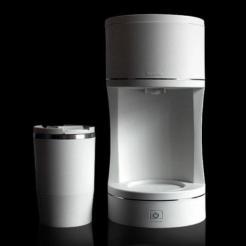 シンプルなデザインと白が美しいコーヒーメーカー