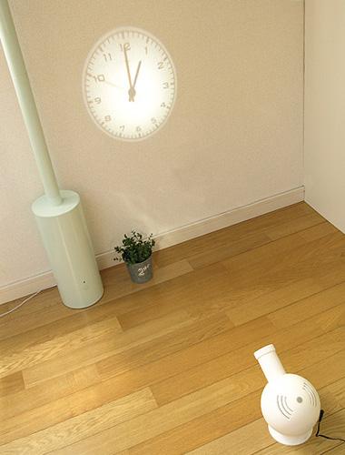 壁を傷つけない壁掛け時計「Projection Clock」