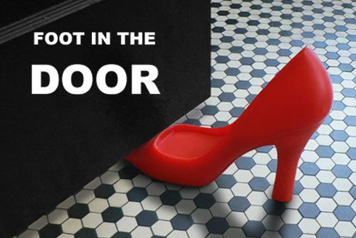 セクシーなハイヒールのドアストッパー「FOOT IN THE DOOR」
