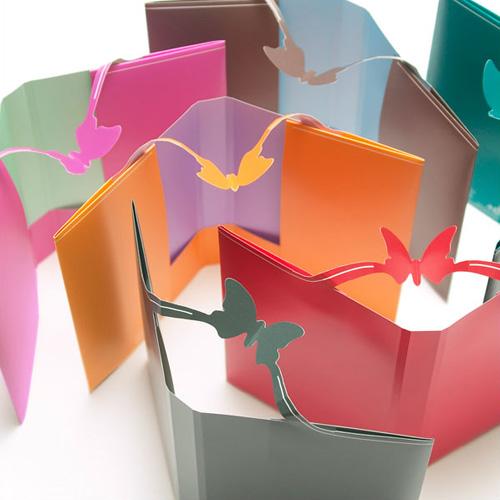 飛び出す蝶が本のしおりに。「ポップアップブックカバー」